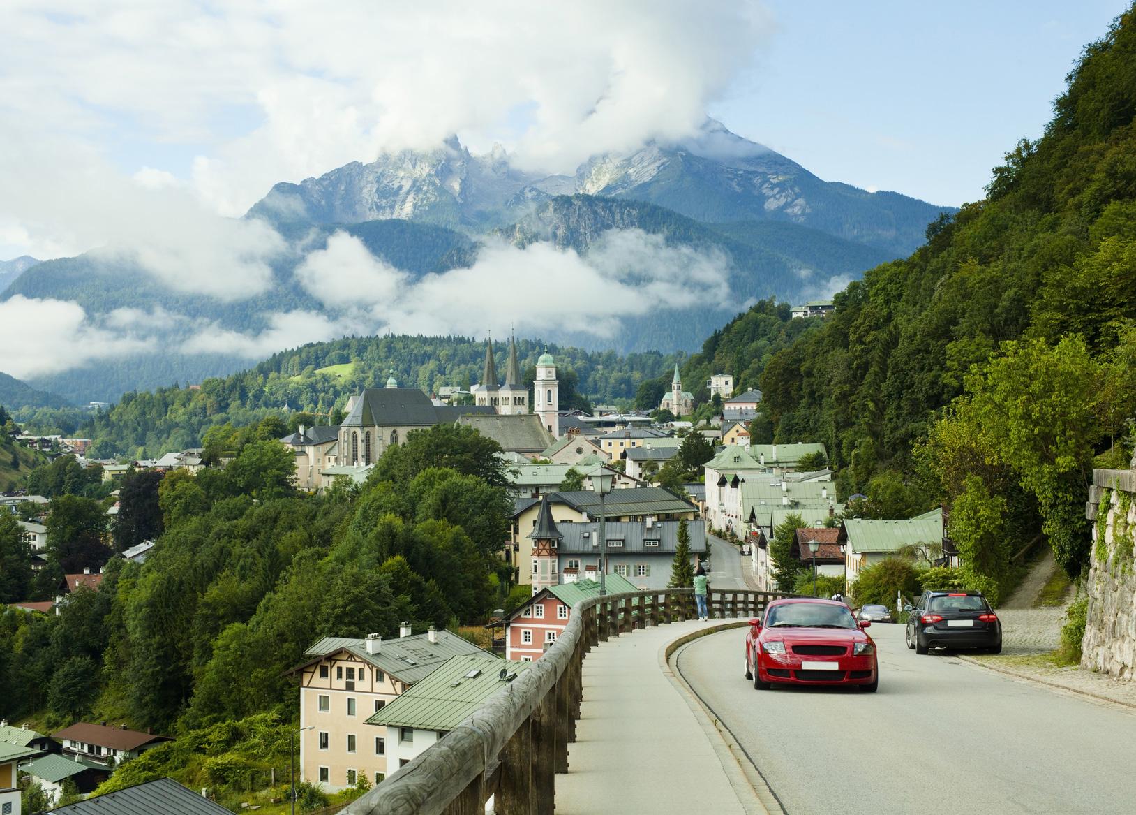 Urlaub im Berchtesgadener Land – ob die Anreise schon zu diesem entspannenden Erlebnis gehört, hängt vor allem von der Reiseform ab: Auto, Bahn und Flugzeug haben unterschiedliche Vor- und Nachteile.