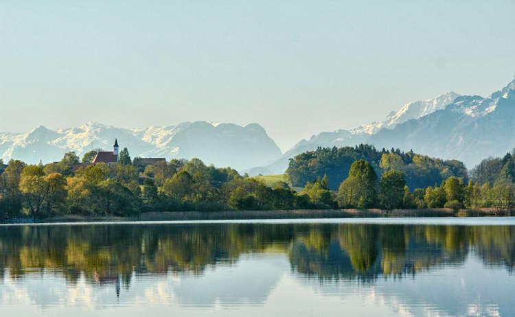 Blick über den Abtsdorfer See zu den Bergen