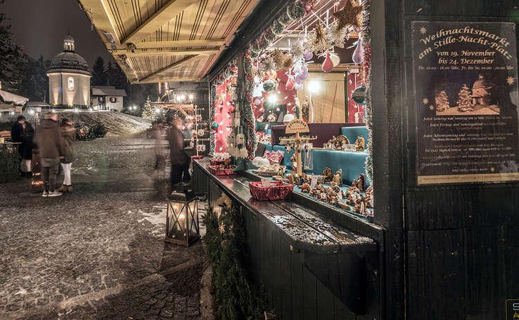 Adventmarkt Oberndorf, im Hintergrund die Stille Nacht Kapelle
