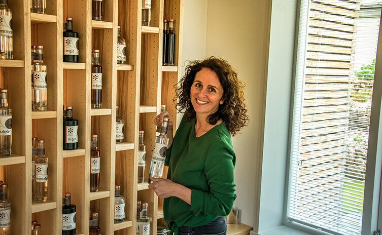Angelika Scheid im Verkaufsraum Ihrer Destillerie