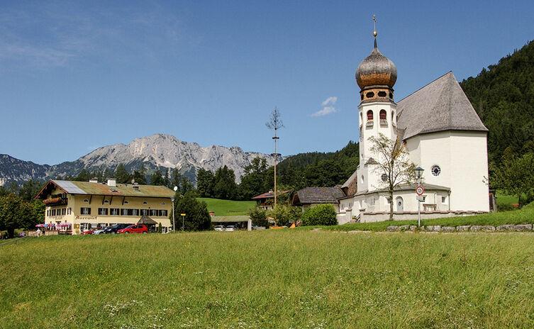 Auerwirt und Kirche Oberau