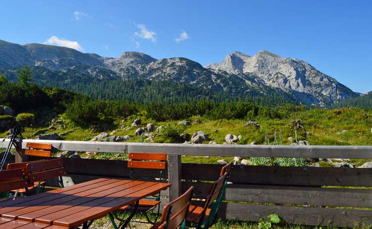 Auf der Terrasse der Neuen Traunsteiner Hütte