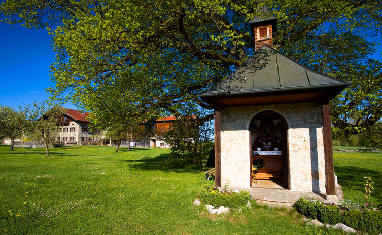 Bauernhof und Kapelle im Rupertiwinkel