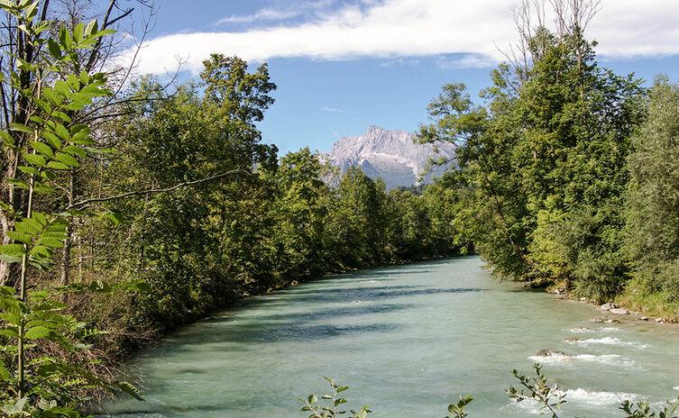 Die Berchtesgadener Ache mit Blick zum Hochkalter