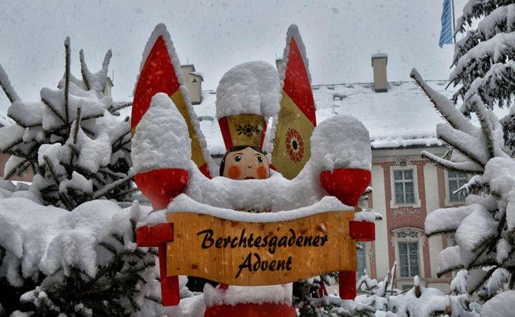 Berchtesgadener Advent: Holzfigur am Schlossplatz