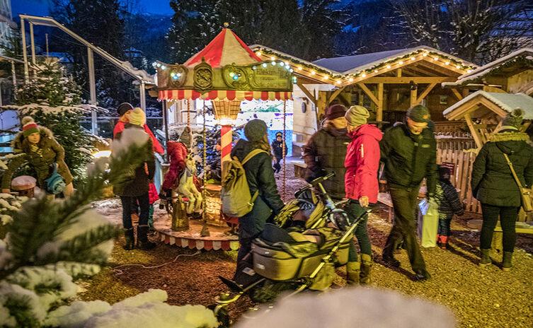 Berchtesgadener Kinder-Advent vor dem Gasthaus Neuhaus