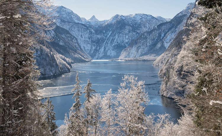 Blick über den fast zugefrorenen Königssee vom Malerwinkel