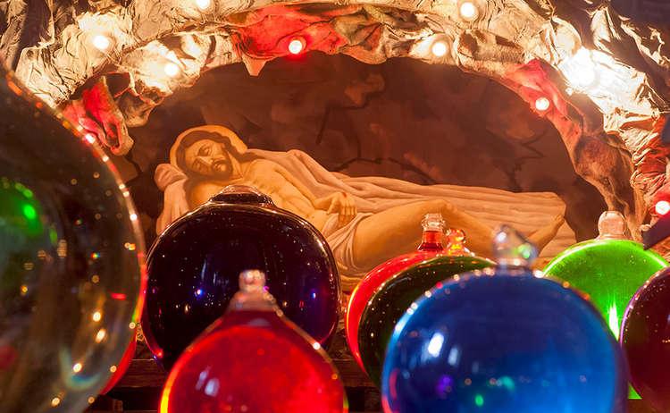 Brauchtum Ostern Kirche Heiliges Grab Hoeglwoerth Anger Glaskugel