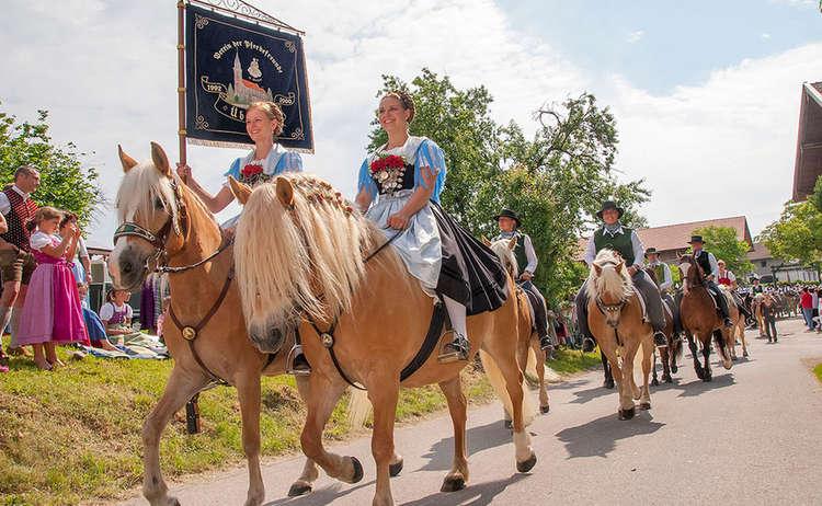 Brauchtum Pferdeumritt Holzhausen Teisendorf Leonhardiritt Pferd Tracht Dirndl C Fuermann