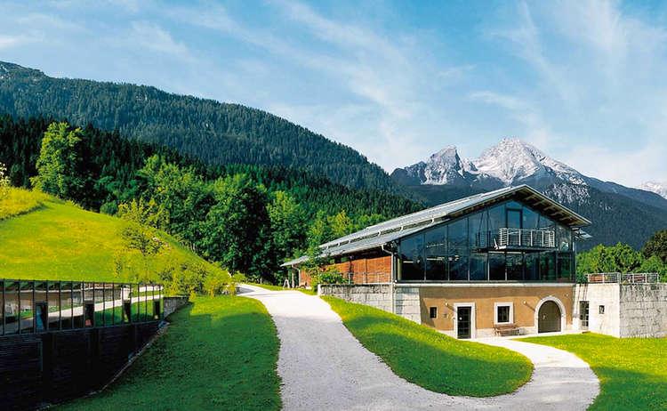 Die Dokumentation Obersalzberg, dahinter der Watzmann
