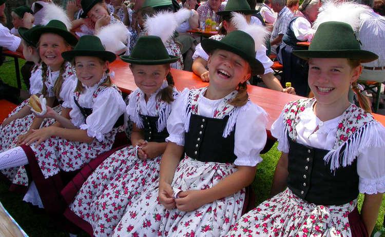 Dorffest Anger Trachtenmaedchen