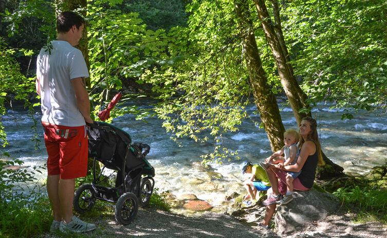 Familie Wandert Am Koenigsseer Fussweg