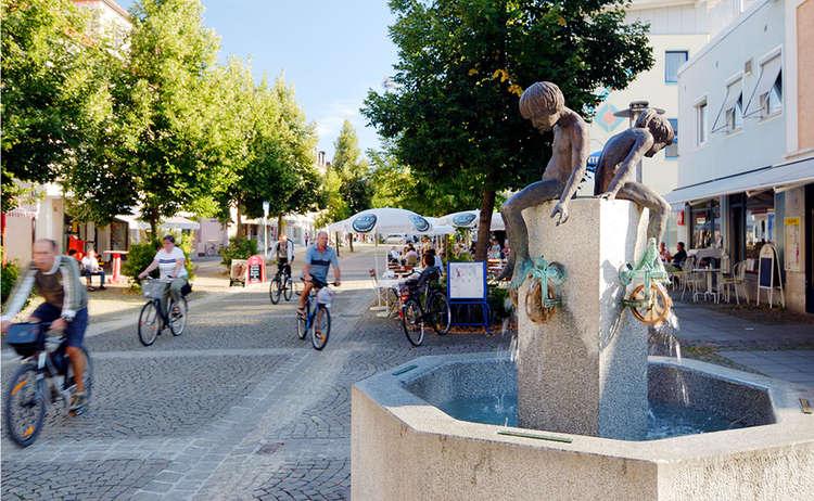 Rad fahren erlaubt in der Fußgängerzone Freilassing