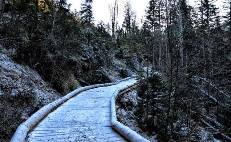 Frostiger Wanderweg im Klausbachtal