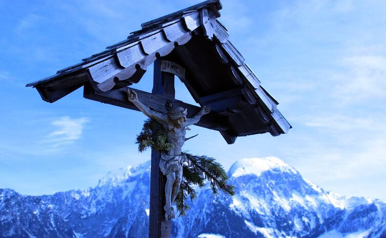 Gipfelkreuz am winterlichen Grünstein