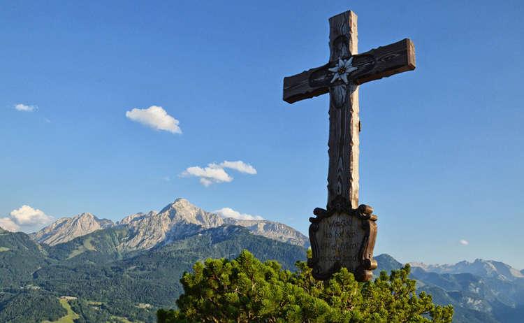 Der Hohe Göll hinter dem Gipfelkreuz der Kneifelspitze