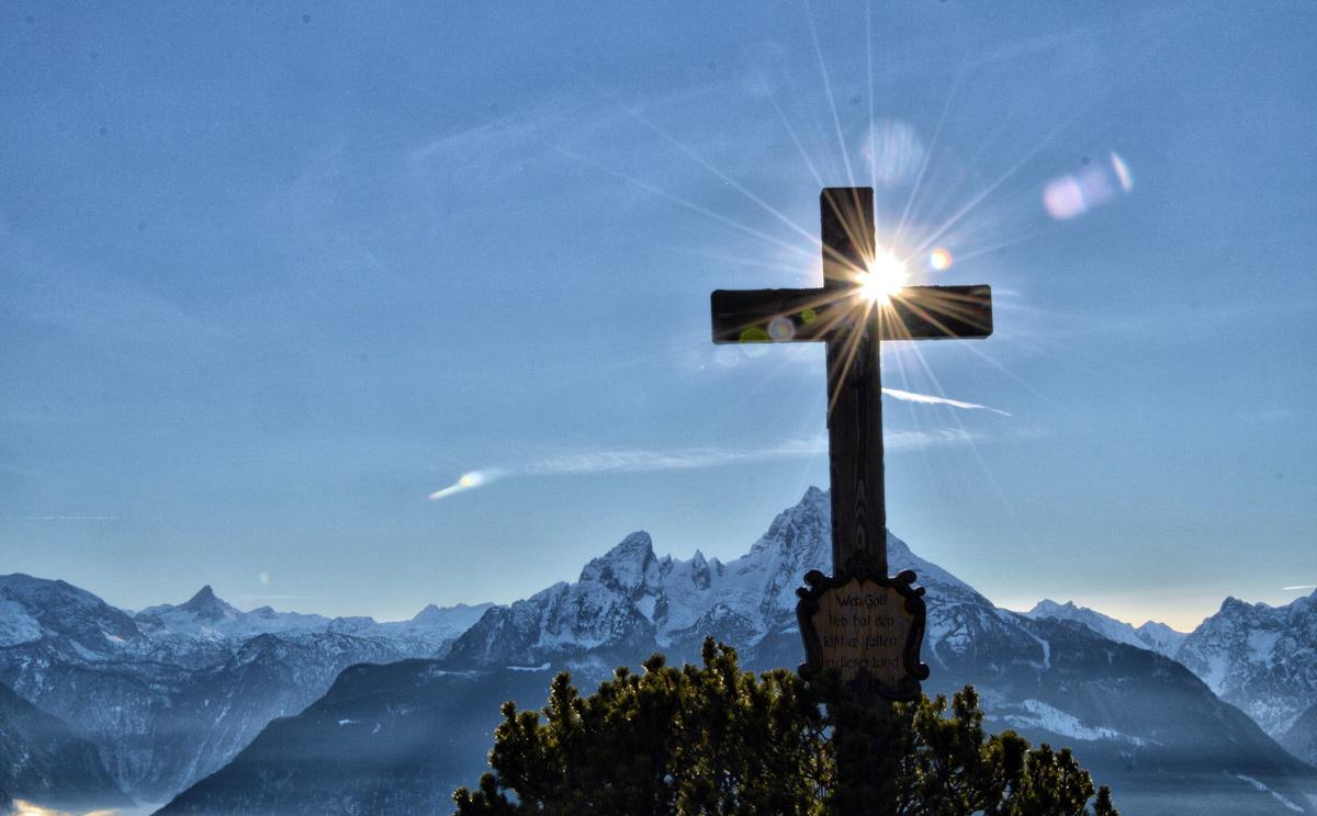 Das Gipfelkreuz auf der Terrasse der Paulshütte auf der Kneifelspitze