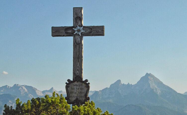 Gipfelkreuz Kneifelspitze und Watzmann in der Abendsonne