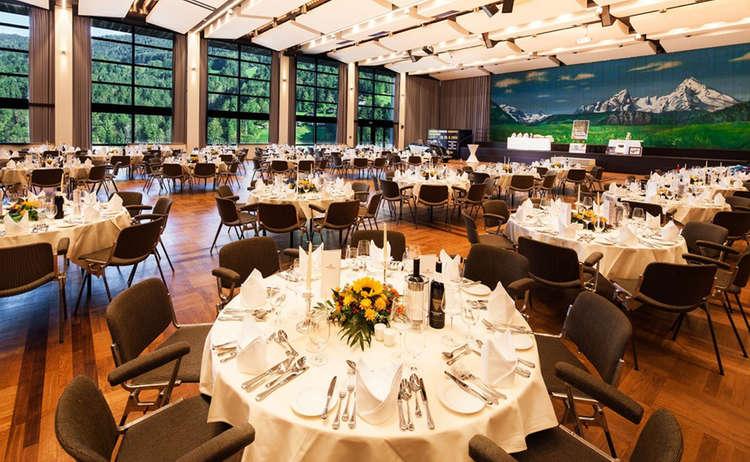 Grosser Saal Eingedeckt Runde Tische