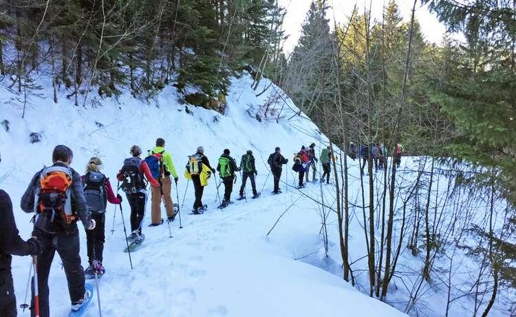Gruppe 12 Stunden Schneeschuhwanderer