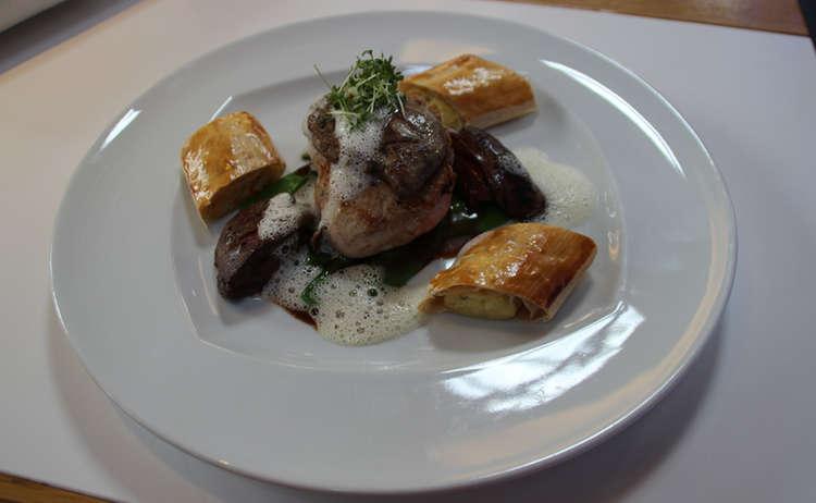 Kalbsrückensteak mit Portweinsauce und Trüffelschaum auf Zuckerschoten, gebratener Entenleber und Kartoffelstrudel