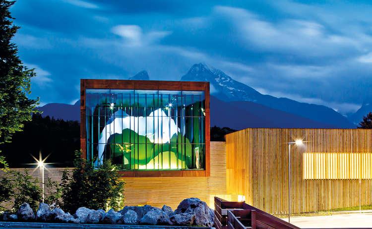 Haus der Berge bei Nacht, im Hintergrund der Watzmann