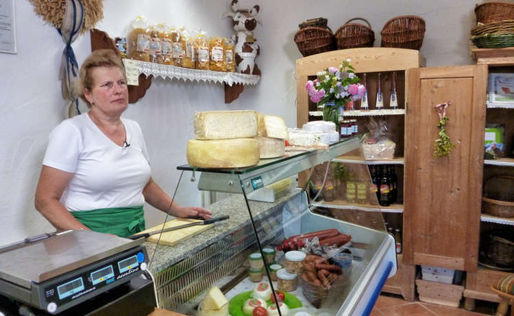 Theresia Heinz in ihrem Hofladen am Paulbauernhof