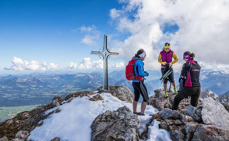 Das sehenswerte Gipfelkreuz auf dem Hohen Göll