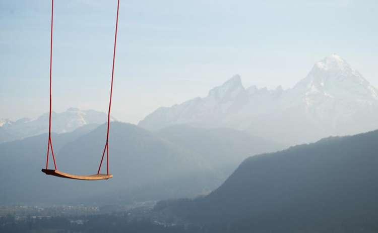 Hutschn: Schaukeln vor Bergkulisse
