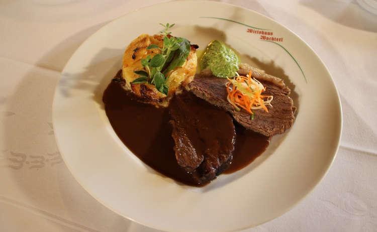 Zweierlei vom Ramsauer Rind:  Geschmorte Rindsbackerl und gekochter Tafelspitz in grüner Soße mit Spitzkohl und Kartoffelauflauf