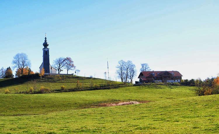 Kirche und Gasthof auf dem Johannishögl | Pidinger Bienenweg