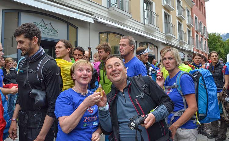 Karin Mergner, BGLT begrüßt Pater Kajetan im Ziel