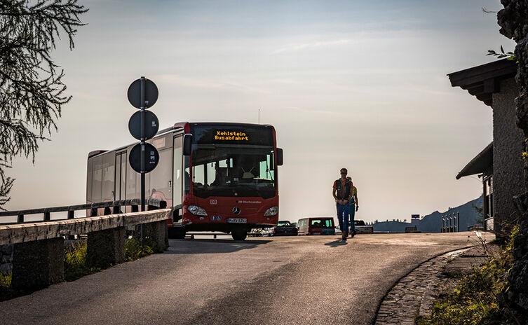 Wanderer passieren den Kehlsteinbus