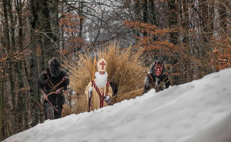 Der Nikolaus mit seine Buttnmandl und Kramperl