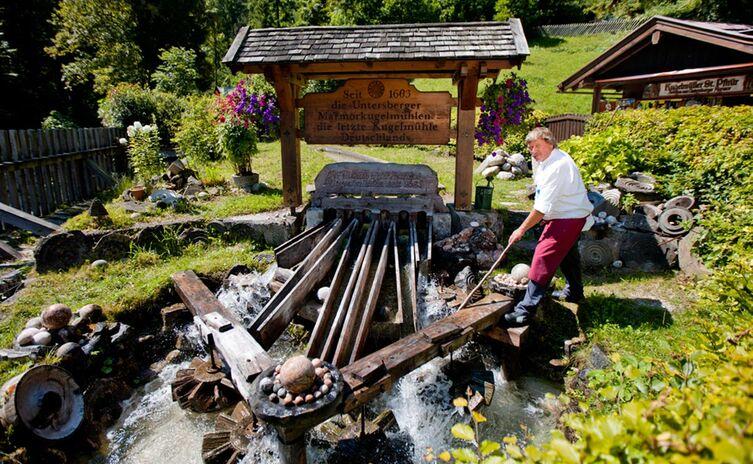Kugelmühle am Eingang zur Almbachklamm