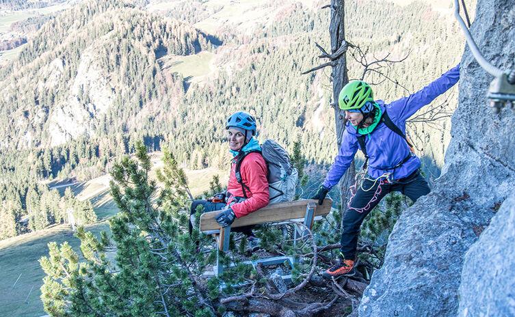 Bank mit Aussicht im Klettersteig