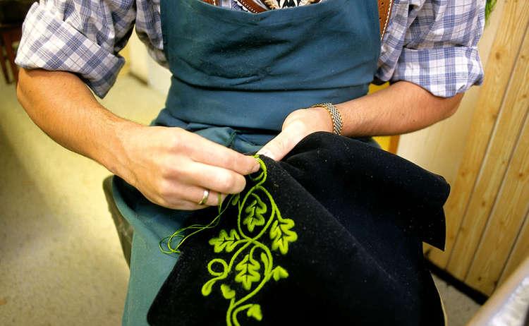 Lederhosenmacher Stangei bei der Arbeit