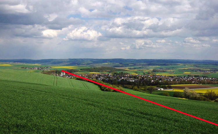 5) Hier wäre der Geländevergleich sehr einfach: Der Wanderer müsste nur einige Schritte zurückgehen und die Kirche mit dem Rand der Baumgruppe in eine Linie bringen – beide Merkmale sind auf einer topographischen Karte vermerkt.