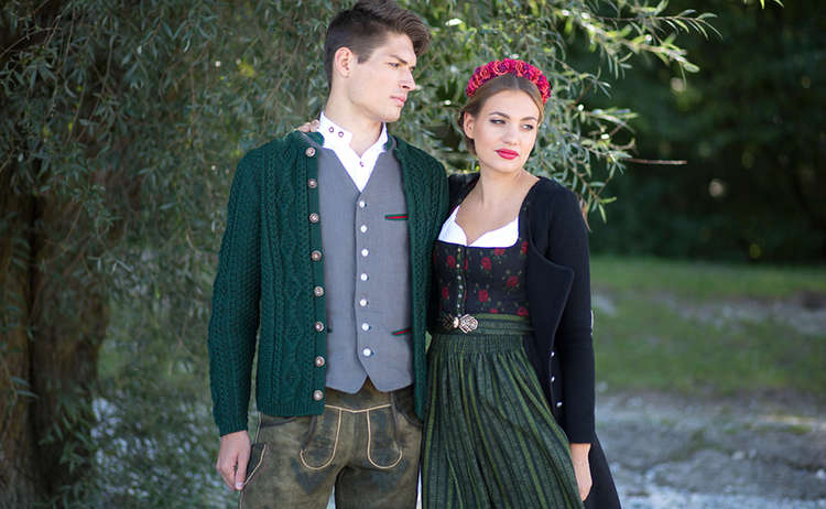 Paerchen In Tracht