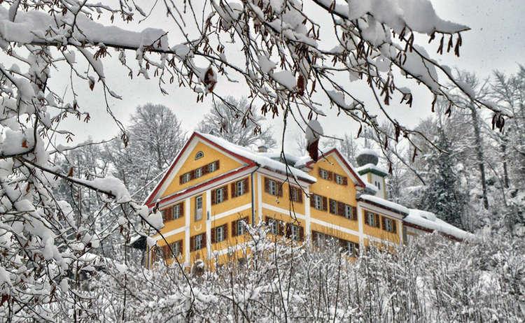 Blick von der Winterwanderung auf der Soleleitung zum Schloss Fürstenstein