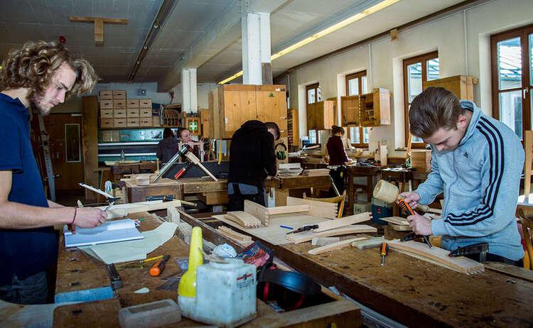 Schüler in der Werkstatt der Schnitzschule Berchtesgaden