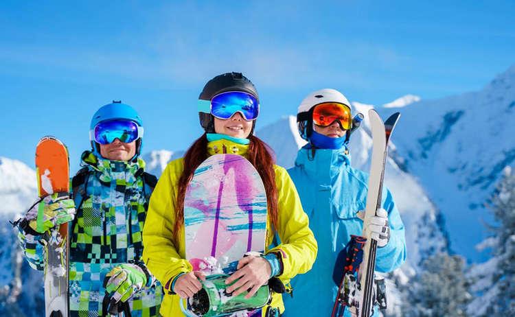 Skijacken sind in allen möglichen Farben und Styles zu bekommen. Die Funktionalität sollte jedoch vorgehen