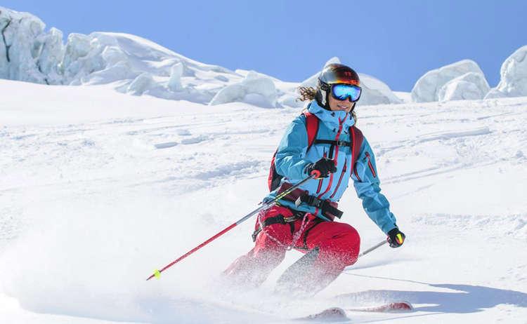 Auch günstigere Skikleidung kann von guter Qualität sein. Hauptsache, sie hält warm und Wind und Wasser ab