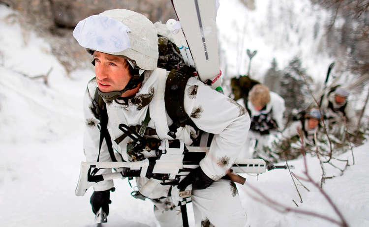Soldaten Im Winterlichen Gebirge