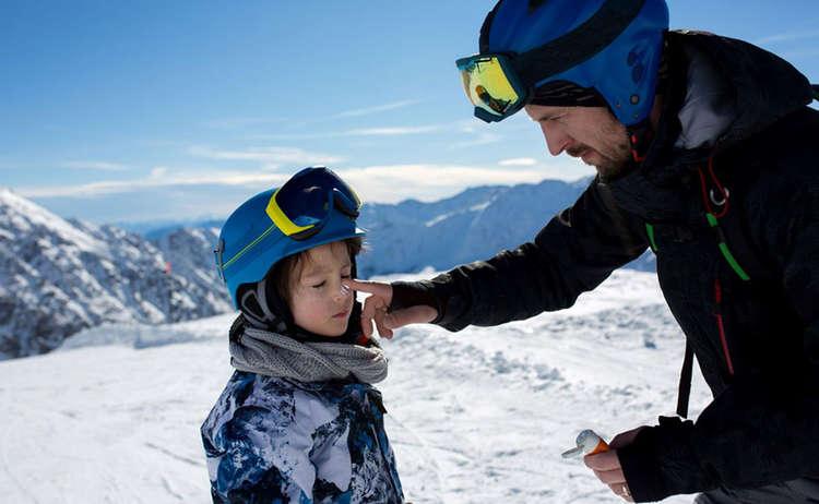 Sonnencreme ist beim Skifahren und sonnigem Wetter essentiell. Und zwar nicht nur für die Kleinsten