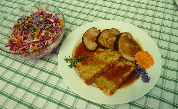 Spanferkelrollbraten mit Dunkelbiersoße, Ofenknödel und bunter Krautsalat