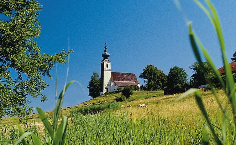 Kirche St. Johannes der Täufer in Johannishögl im Sommer