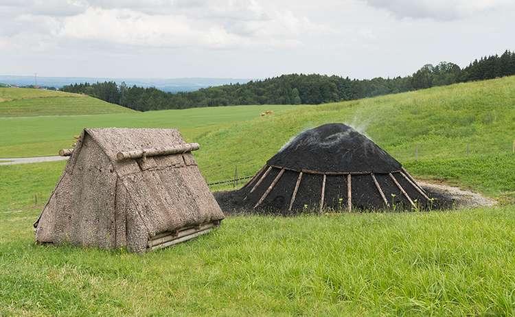 Kohlenmeiler mit Rindenhütte | © RoHa Fotothek