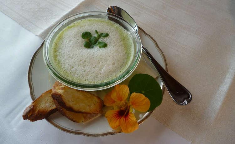 Brunnenkresse Suppe mit Weißbier Schaum