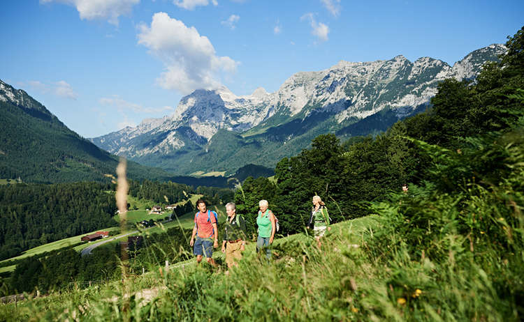 Wanderer auf dem Ramsauer Höhen-Soleleitungsweg